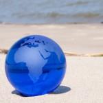 Blaue Weltkugel am Strand
